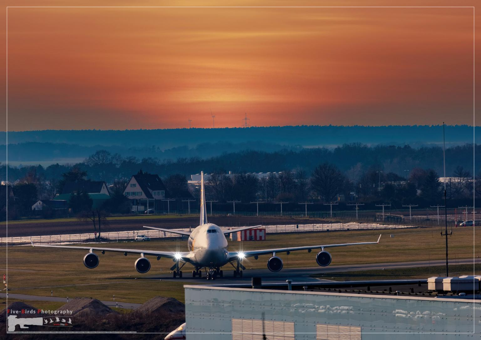 Approach of a Boeing 747-322 on runway 28 at Nuremberg Airport