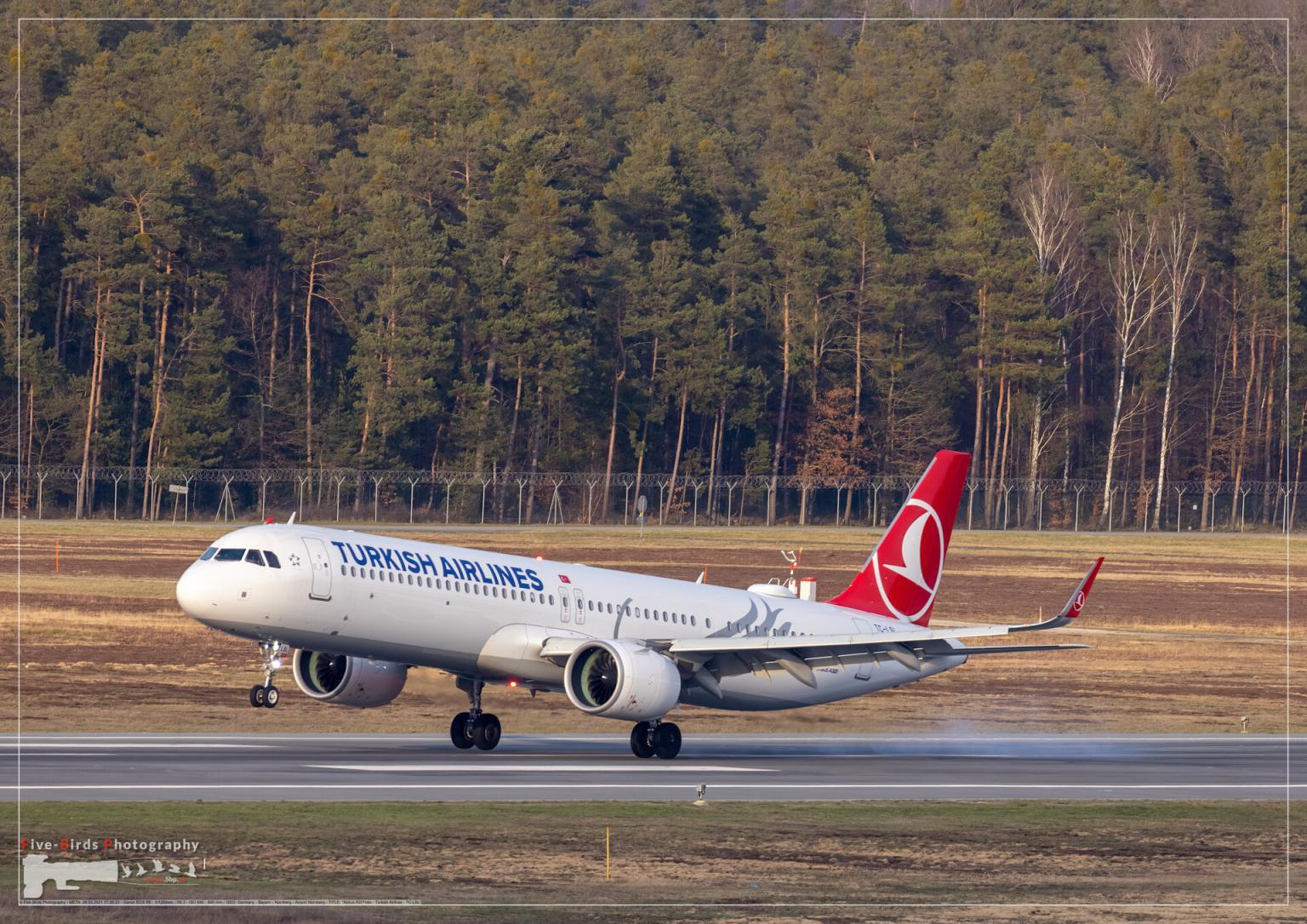Landing of a jetliner at Nuremberg Airport
